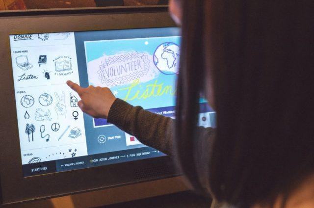 Uma jovem cria um plano de ação usando uma tela sensível ao toque